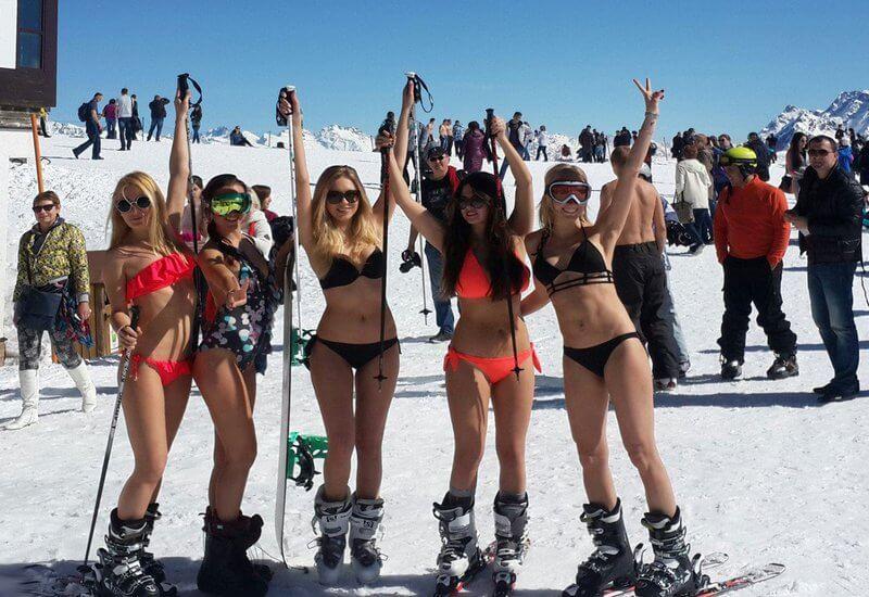 на лыжах в купальниках